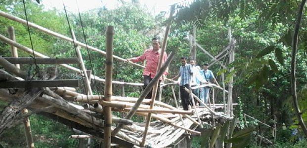 Wabup Melihat Langsung Kondisi Jembatan Bambu Penghubung Pujut-Praya Timur