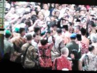 Tiba di arena perhelatan pembukaan MTQN XXVI, Jokowi Dikerumuni Warga Yang Ingin Bersalaman
