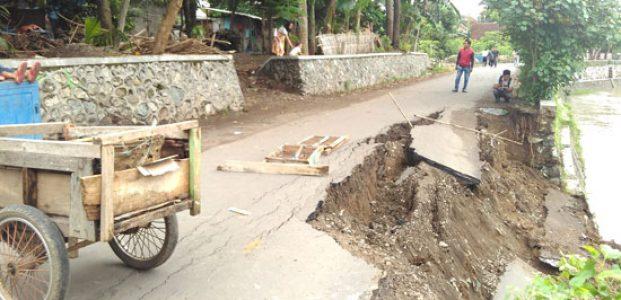 Banjir Mataram, Talud ambrol makan badan jalan