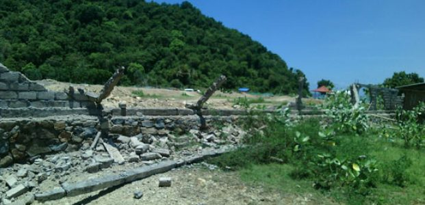 Warga Selong Belanak Mengamuk, Robohkan Tembok Pembatas Lahan Milik Pengembang